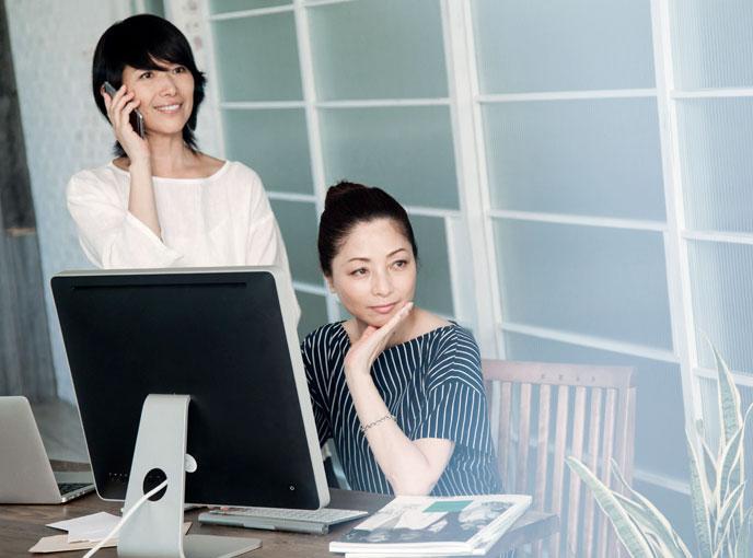 オフィスにいる女性2人