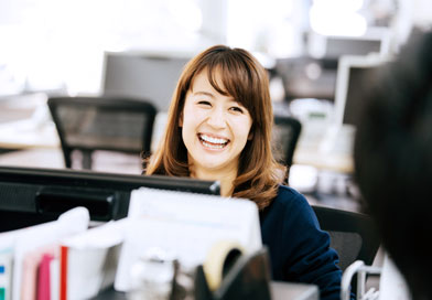 オフィスで笑顔の女性
