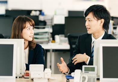 オフィスで雑談している男女2人