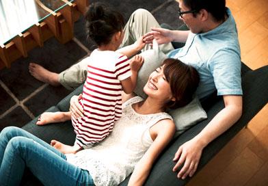 子供と夫婦3人で遊んでいる親子