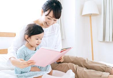 子供に本を読んであげているお母さん