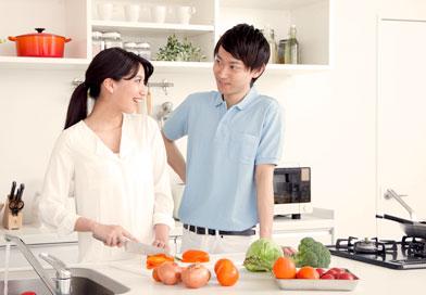 二人で料理している夫婦