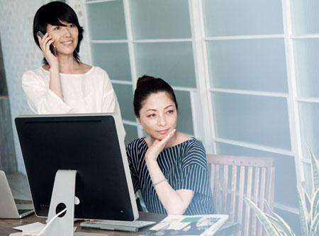 オフィスにいる2人の女性