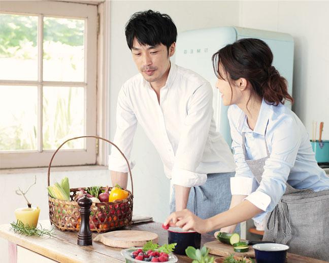 一緒に料理をしている男女